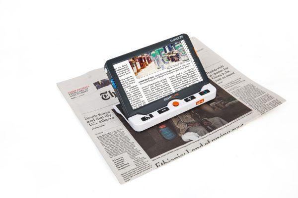 Clover 7S met krant